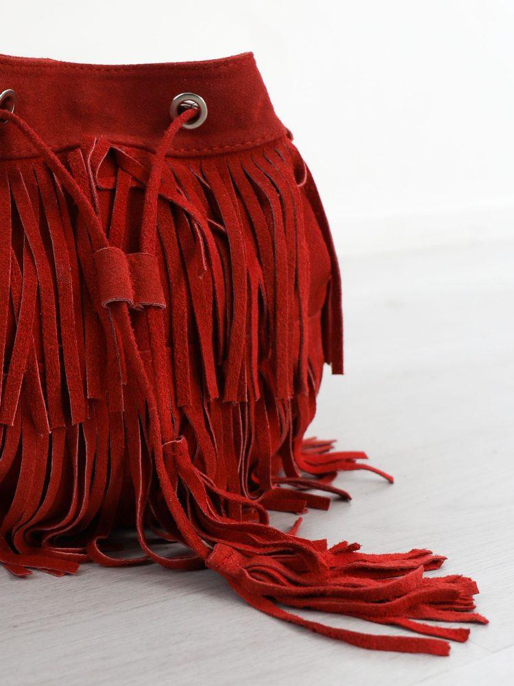 suede-leren-buideltas-in-een-rode-kleur