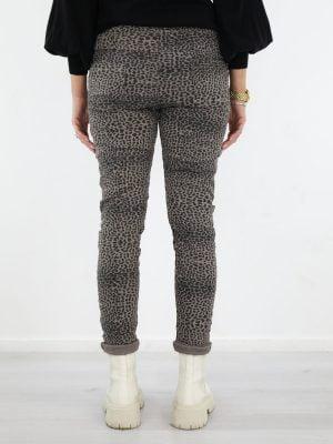 taupe-gekleurde-broek-met-een-zwarte-luipaard-print