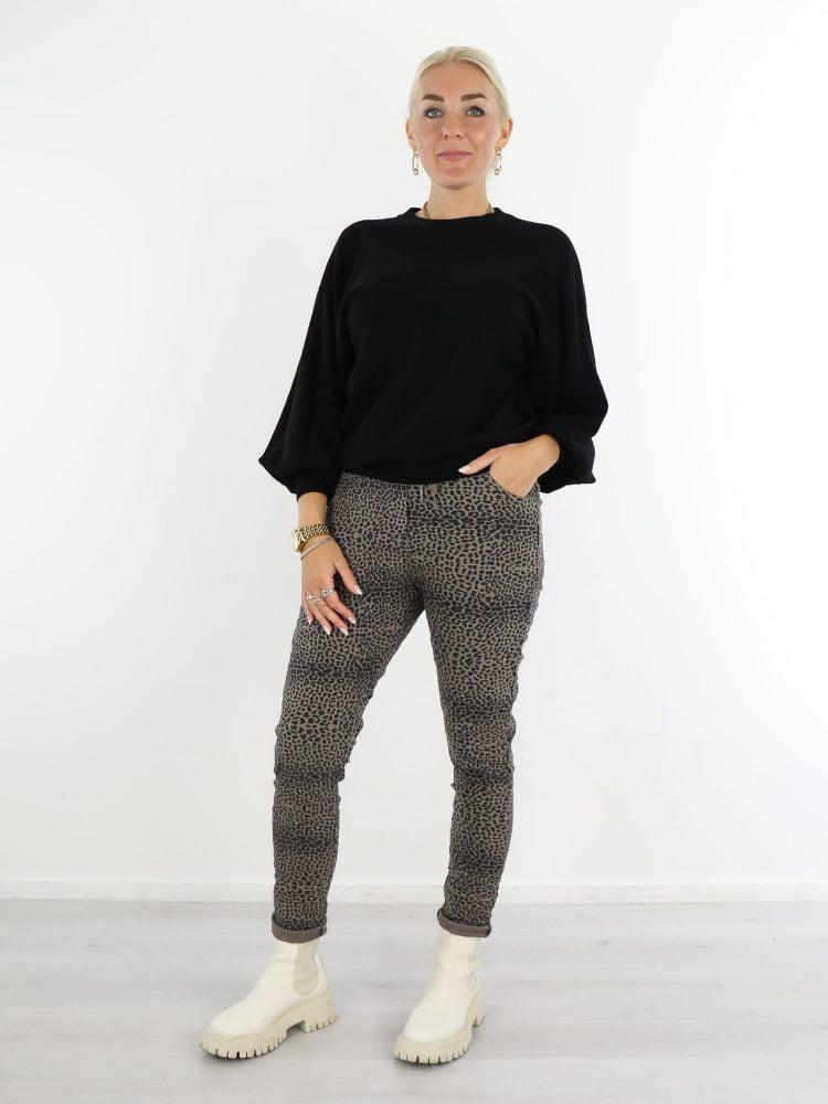 taupe-zwarte-broek-met-leopardprint