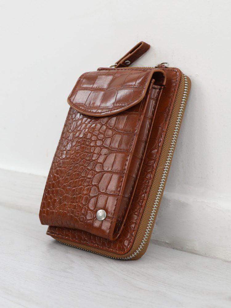 telefoon-tasje-in-een-cognac-kleur-afgewerkt-met-krokodillen-textuur