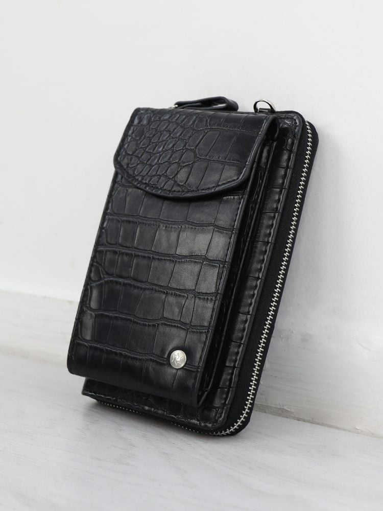 telefoon-tasje-in-een-zwarte-kleur-afgewerkt-met-textuur-van-krokodil