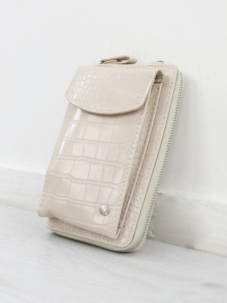 telefoon-tasje-in-licht-beige-afgewerkt-met-krokodillen-textuur