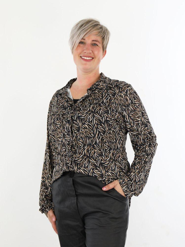 travel-blouse-in-een-zwarte-kleur-met-grafische-print-in-taupe-en-roomwit