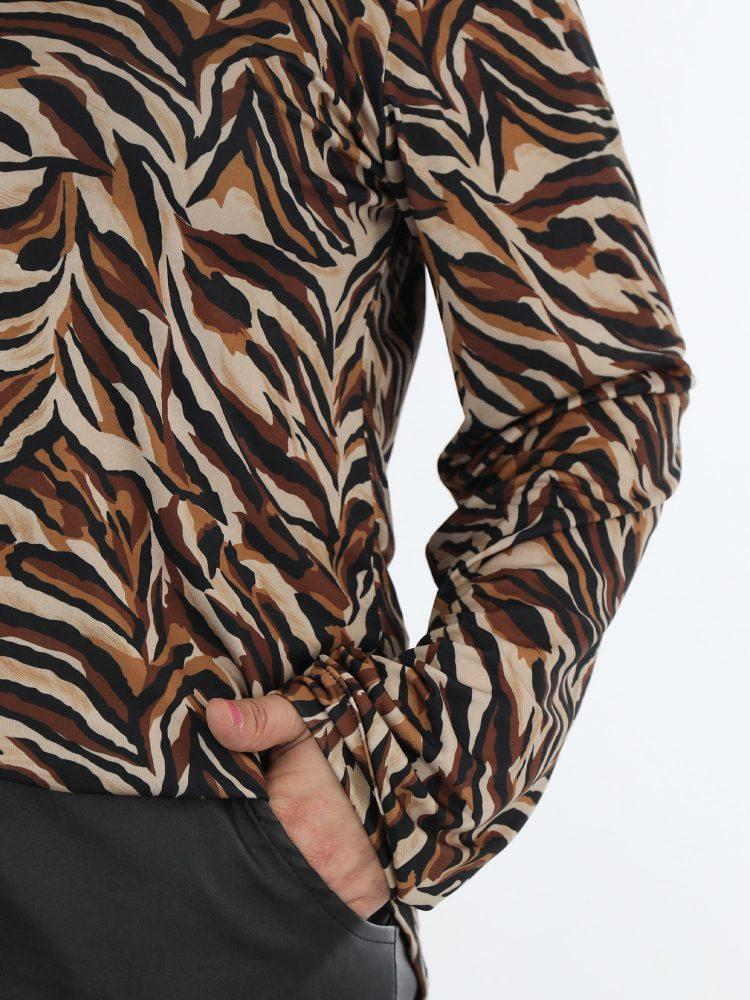 travel-blouse-met-abstracte-print-in-bruin-zwart-en-beige-kleuren
