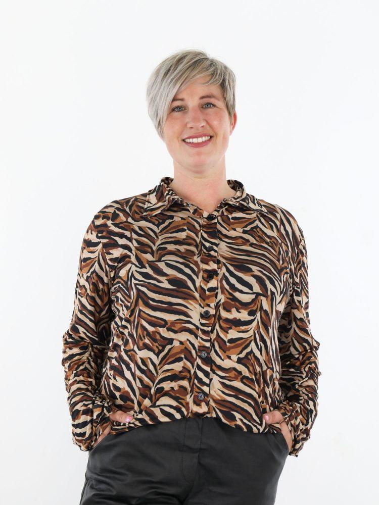 travel-blouse-met-een-zwart-bruine-abstracte-print