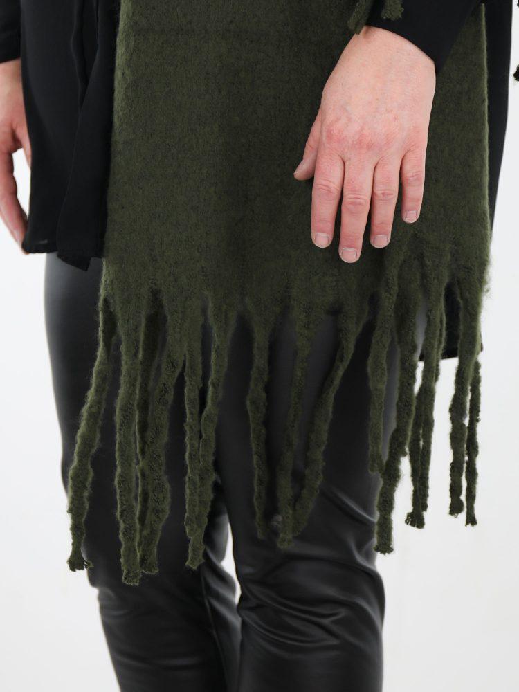 warme-sjaal-in-groen-met-aan-beide-kanten-franjes