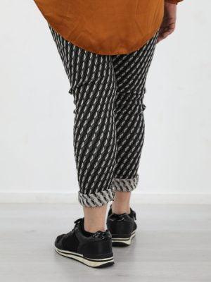 zwart-gekleurde-broek-met-ruiten-in-grijs