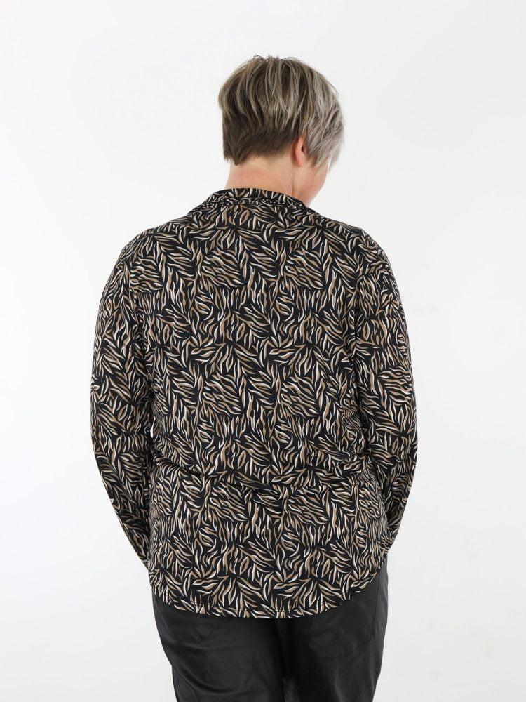zwart-gekleurde-travelblouse-met-grafische-print-in-de-kleuren-taupe-en-roomwit