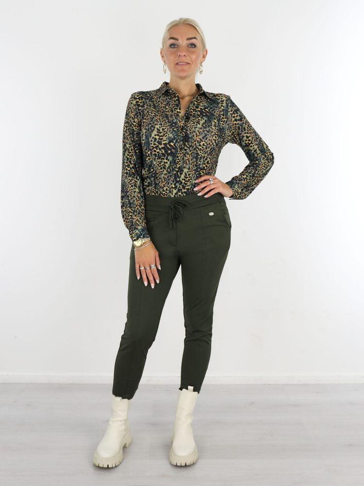 zwarte-travelstof-blouse-met-groen-bruine-leopardprint-van-angelle-milan